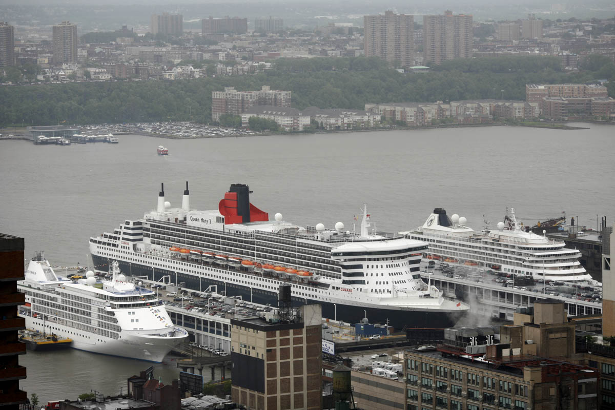 Queen Mary 2 in Manhattan on 17 May 2011